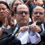 El presidente de la Asamblea Nacional de Venezuela (AN), el opositor Julio Borges (c), rompe en pedazos la sentencia del Supremo/EFE
