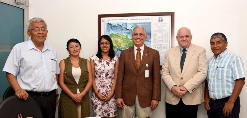 De izquierda a derecha, Enrique Gonzáles, Judith Ramírez, Mabel Carhuancho, el viceministro Ernesto Vilalta, Oscar de la Maza y Rafael Escobar.