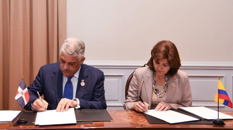 Los ministros de Relaciones Exteriores de República Dominicana Miguel Vargas Maldonado y Colombia María Ángela Holguín firman acuerdo  bilateral para establecer mecanismos de diálogo permanente/Foto: fuente externa.