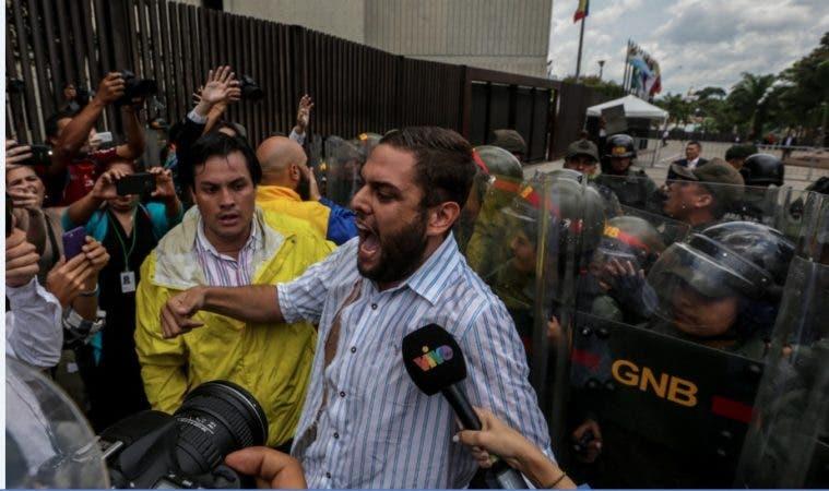 El diputado Juan Requesens (c) dirige una protesta en la sede del Tribunal Supremo de Justicia/EFE
