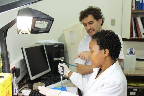 El equipo del doctor García-Basteiro realiza estudios epidemiológicos y participa en ensayos clínicos de estrategias terapéuticas. Foto cedida.