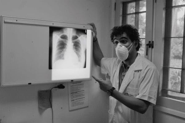 El investigador Alberto García-Basteiro en el Centro de Investigación en Salud de Manhiça, en Mozambique. Foto cedida.
