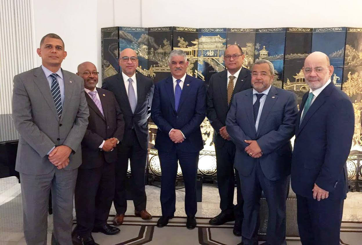 Canciller Miguel Vargas se reúne con cónsules dominicanos en Madrid