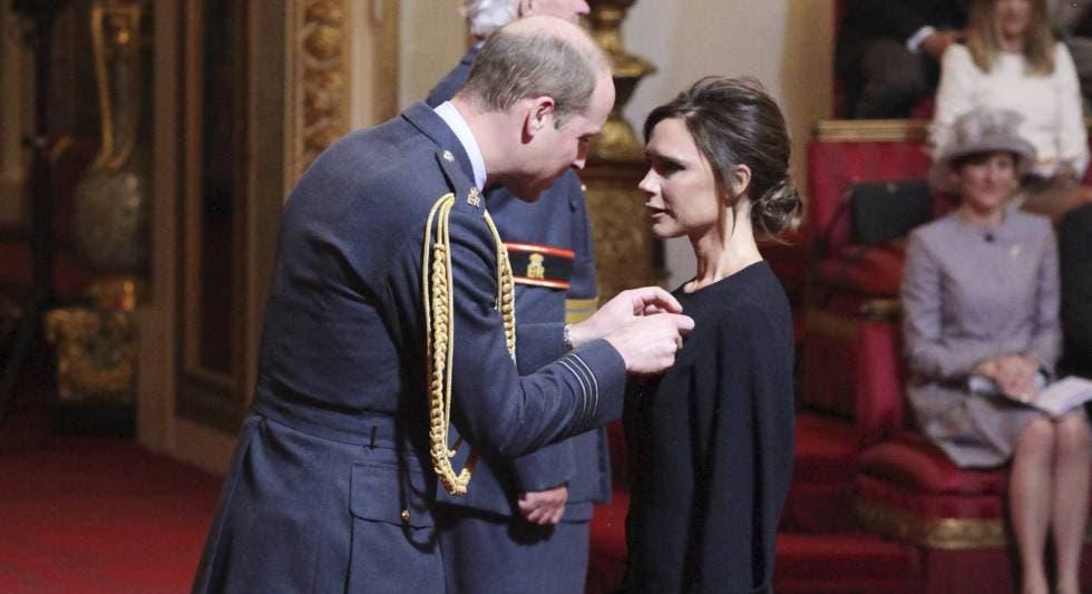 Victoria Beckham recibe una condecoración del príncipe Guillermo