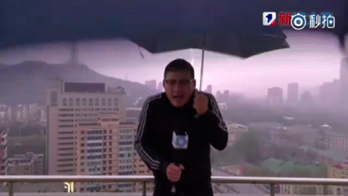 Video: Un rayo alcanza a un reportero chino mientras daba el tiempo