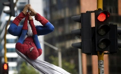 Spiderman dejó Nueva York y ahora se pasea por los cielos de Bogotá