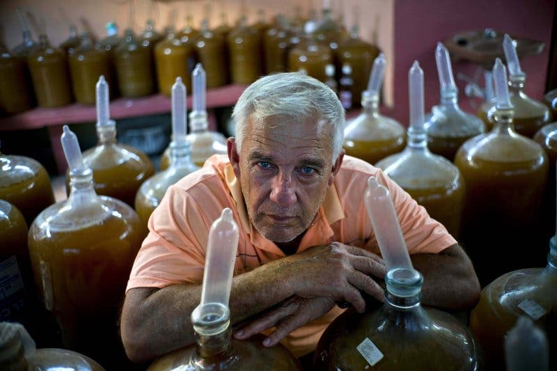 Video: Conozca al hombre que usa frutas… y condones para producir vino