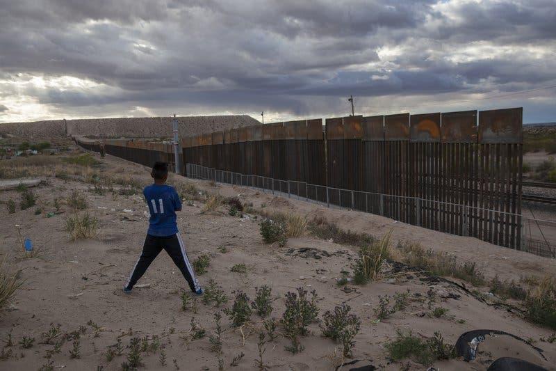 México califica muro fronterizo de EEUU como un acto hostil