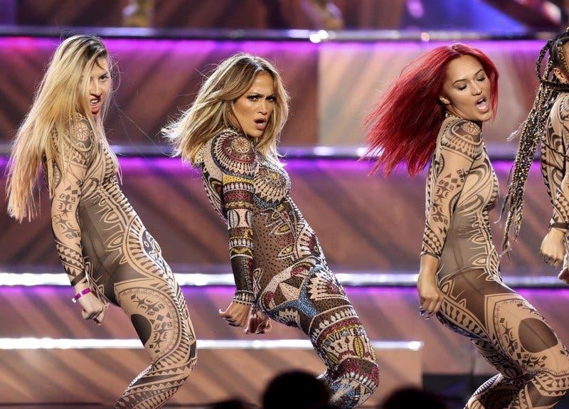 Entre actuaciones de estrellas develan los Premios Billboard