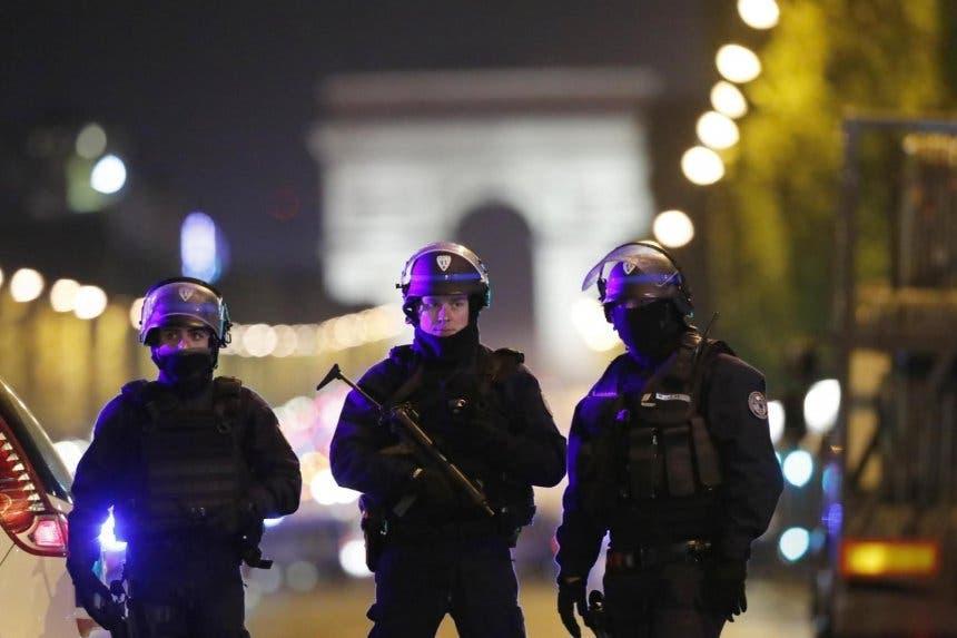 Hallan una nota manuscrita de apoyo al EI junto al autor del tiroteo de París