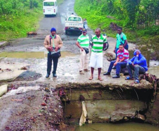 Desplome de un puente afecta asistencia clases