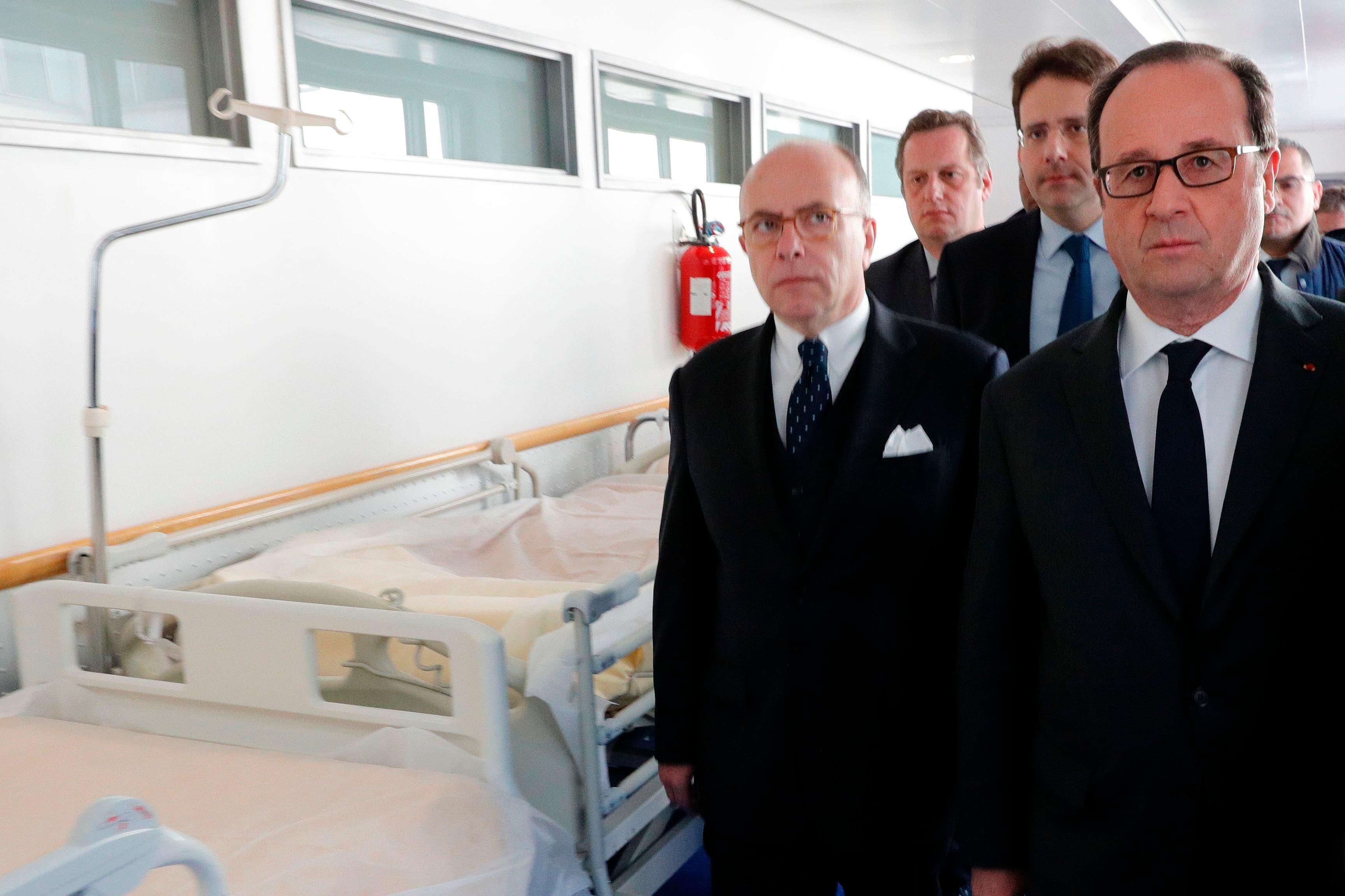 Hollande visita en el hospital a los policías heridos en el atentado de París