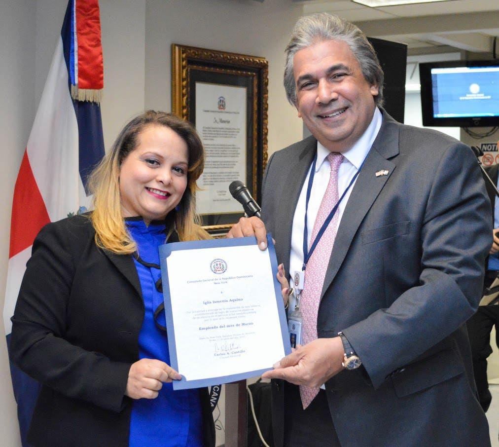 Cónsul Castillo reconoce empleada por su desempeño