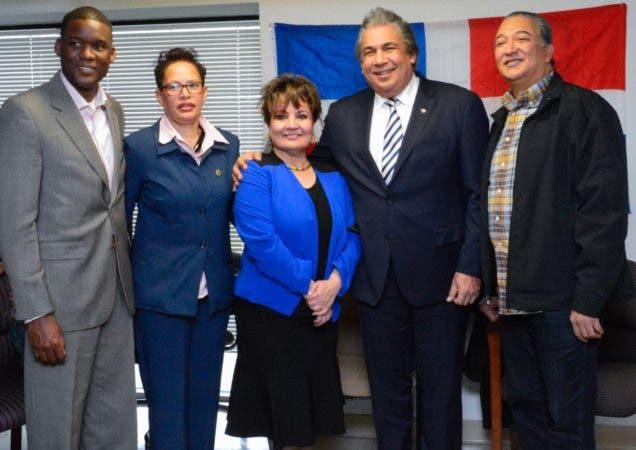 El cónsul Carlos Castillo junto a las lideres comunitarias Miguelina Fabián y Ladan Alomar, entre otros, durante el encuentro.