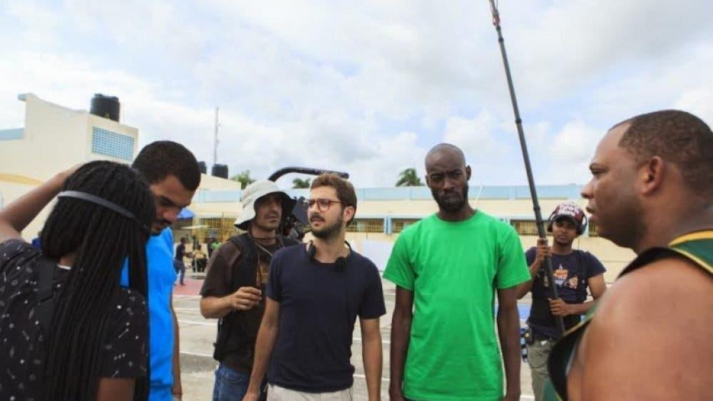 El director José María Cabral con algunos de los actores durante el rodaje. Fuente externa.