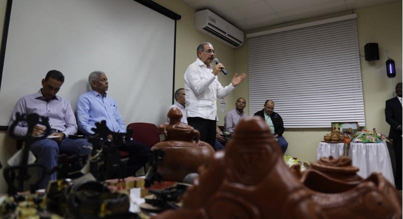 Danilo Medina otorga financiamiento a artesanos de San Cristóbal