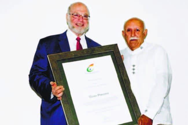 El ministro de Cultura, Pedro Vergés, entrega el galardón a Thimo Pimentel,