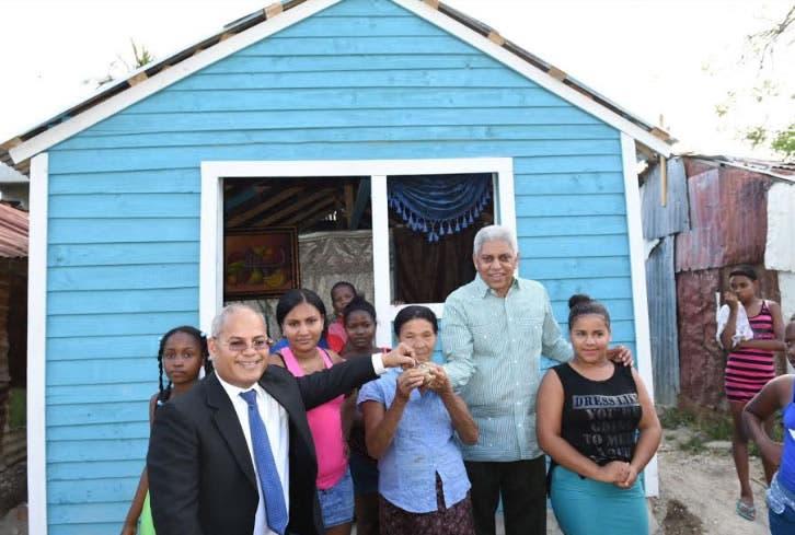 Gobierno entrega 10 viviendas a familias de San Cristóbal