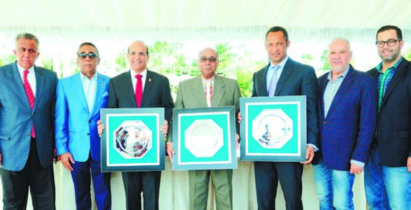 Julio César Castaños Guzmán, Milton Ray Guevara y Dionis Sánchez, con sus respectivas placas durante el acto inaugural