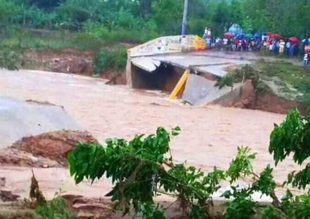 Lluvias derriban Puente