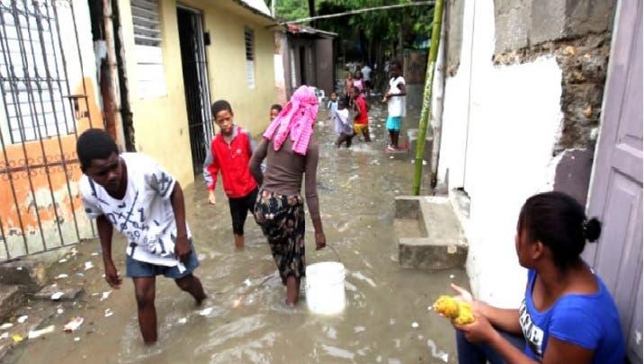 Más de 7,000 personas continúan en casas de familiares y albergues por lluvias