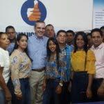 Luis Abinader  con dirigentes del PRM en Santiago Rodríguez.