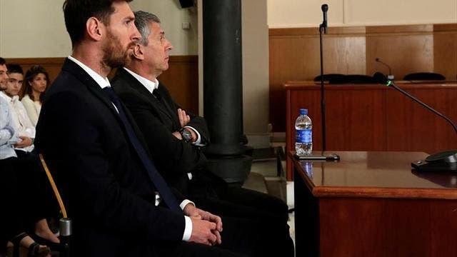 El jugador del FC Barcelona Lionel Messi y su padre, Jorge Horacio Messi (d), en la sala de la Audiencia de Barcelona durante una de las jornadas del juicio contra ellos por tres delitos contra la Hacienda Pública. EFE/Archivo.