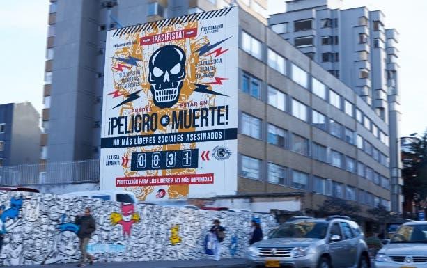 Artista denuncia con un gran mural en Bogotá el asesinato de líderes sociales