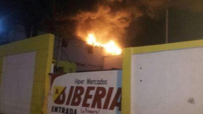 Bomberos investigan causa de fuego en tienda de San Pedro de Macorís