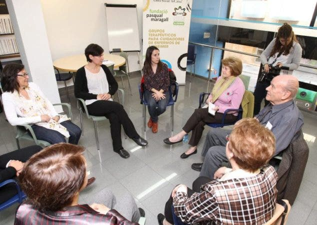 Psicoterapia grupal para prevenir la depresión de los cuidadores de familiares dependientes. EFE/Toni Garriga.