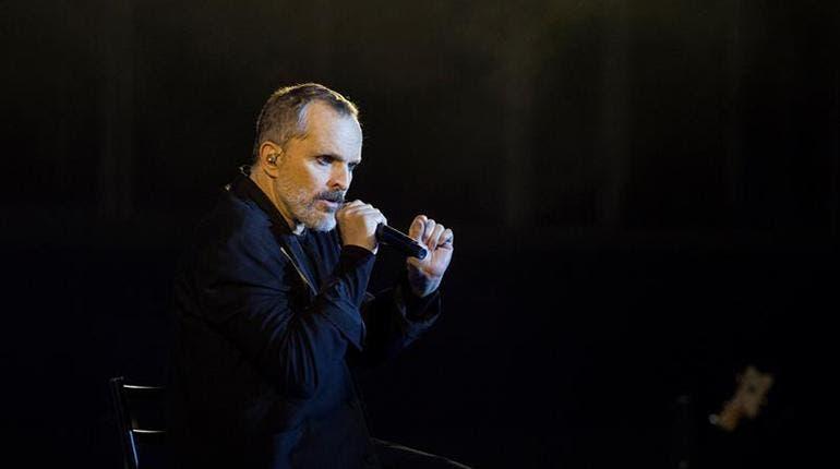 """Miguel Bosé critica """"un mundo con muros"""" en su concierto en Texas (EE.UU.)"""