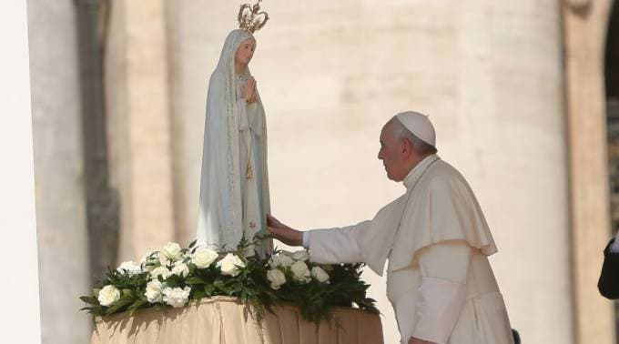Papa Francisco llega a Portugal y se entrevista con el presidente