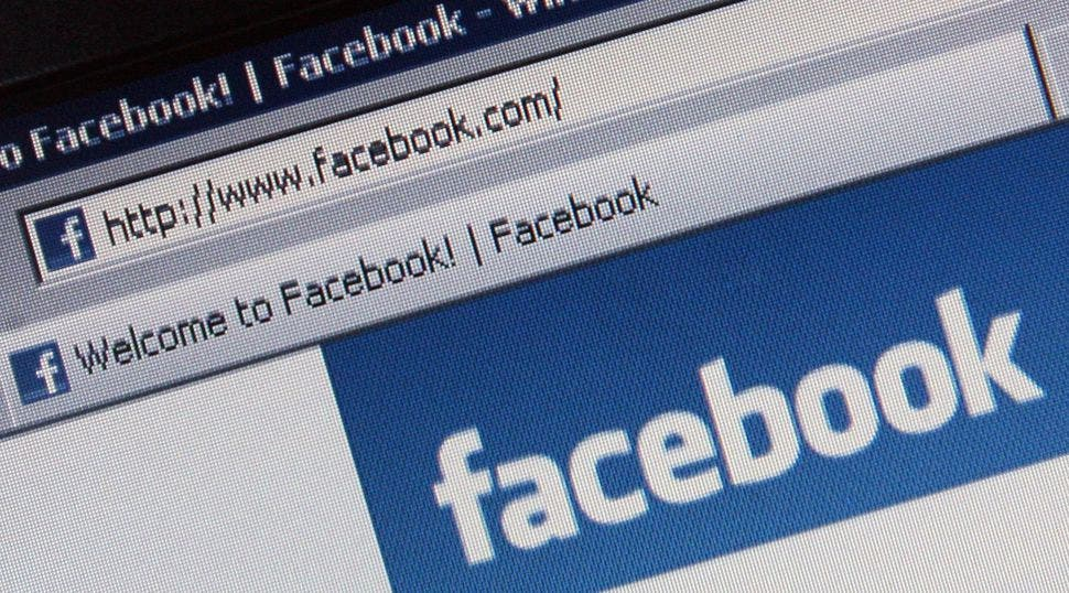 """Facebook borra cuentas de """"noticias falsas"""""""