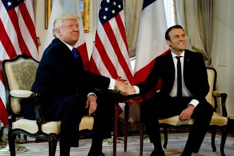 Largo apretón de manos entre Trump y Macron