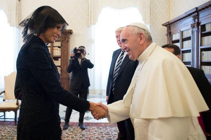 El papa le pregunta a Melania sobre platillo esloveno