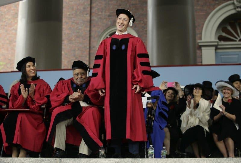 En Harvard, Mark Zuckerberg pide crear un mundo con un propósito