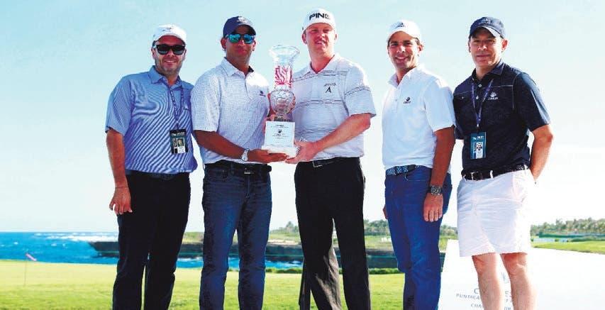 Lashley gana torneo de golf