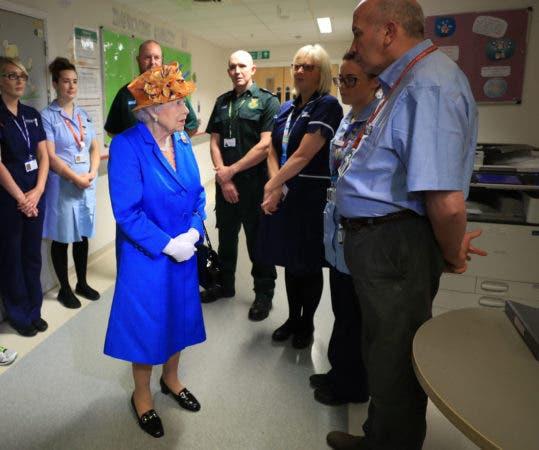 La reina Isabel II, centro, habla con personal del Hospital Pediátrico Real de Manchester, donde visitó a las víctimas del ataque terrorista, jueves 25 de mayoi de 2017. (Peter Byrne/Pool  via AP)
