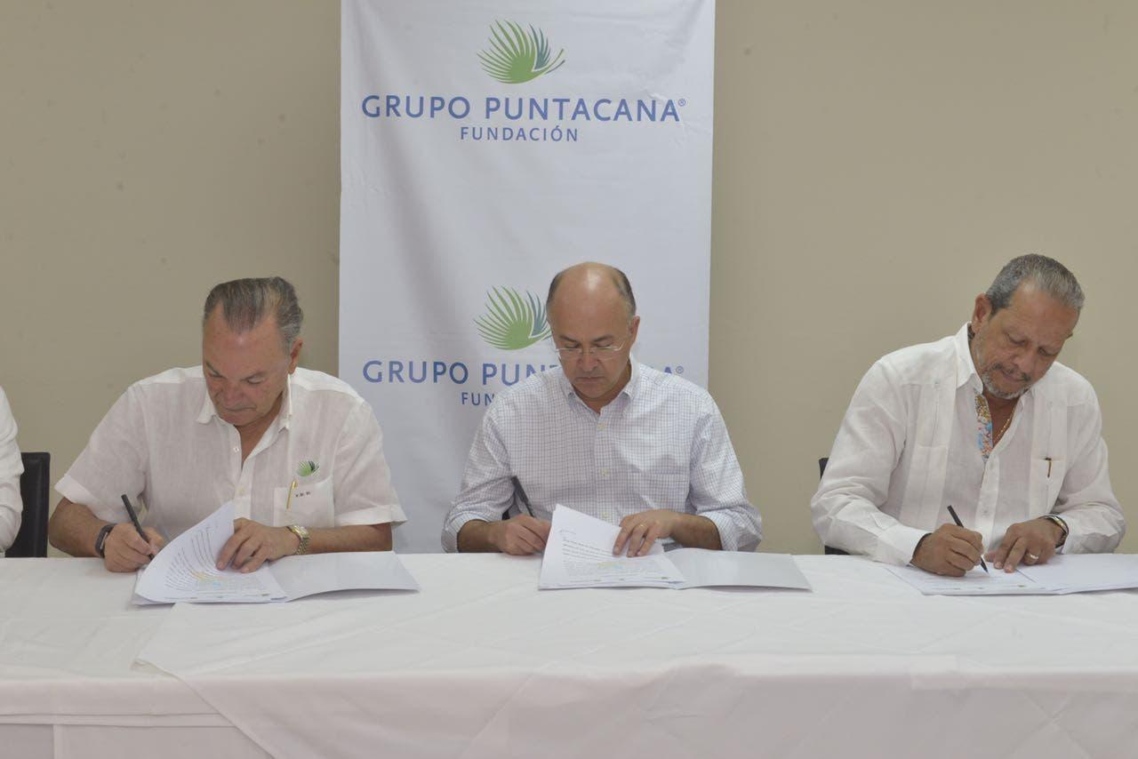 El documento rubricado por Francisco Domínguez Brito, Frank Rainieri y Manuel Ernesto Veloz .