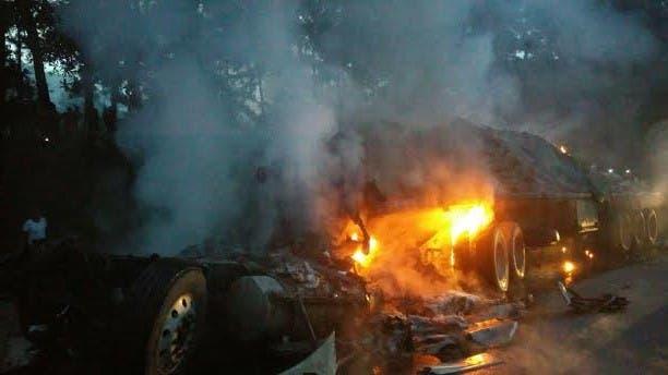 Hombre muere calcinado tras choque entre dos patanas en la autopista Duarte