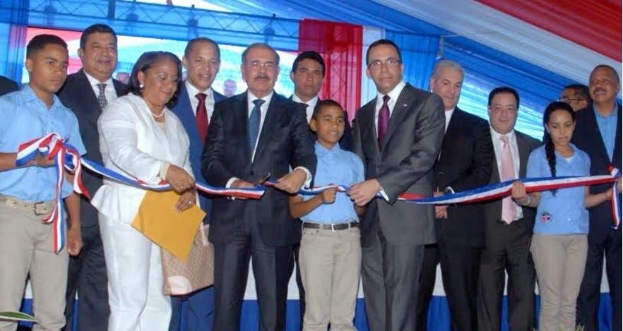 Presidente entrega tres centros educativos y una estancia infantil en La Vega