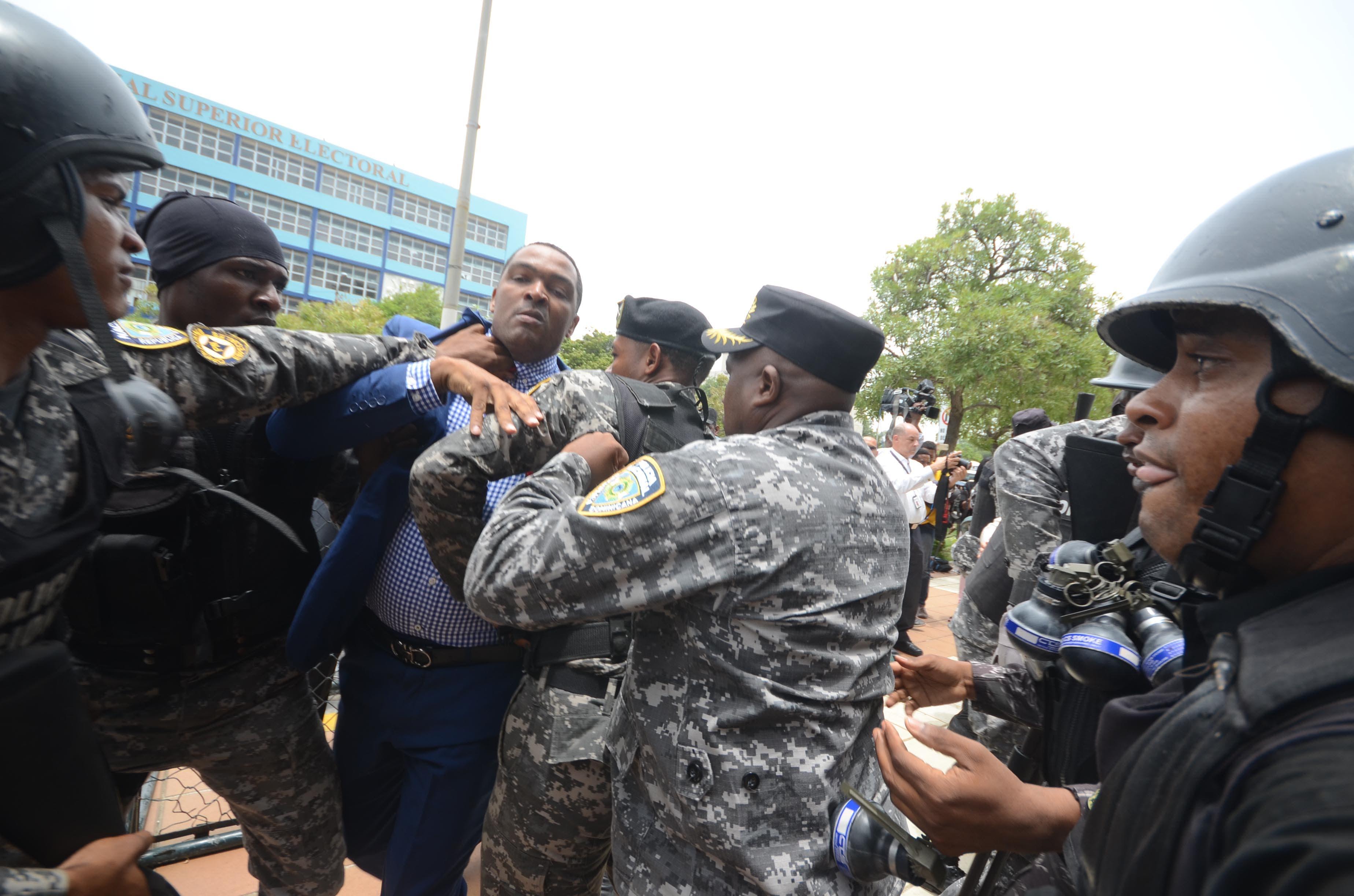 La agresión a manifestantes y legisladores en la Procuraduría General de la República