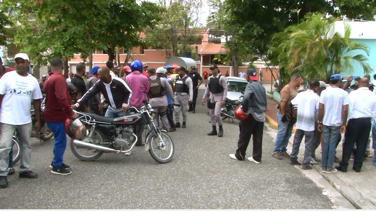 Motoristas protestan contra supuestos abusos de la AMET en Boca Chica
