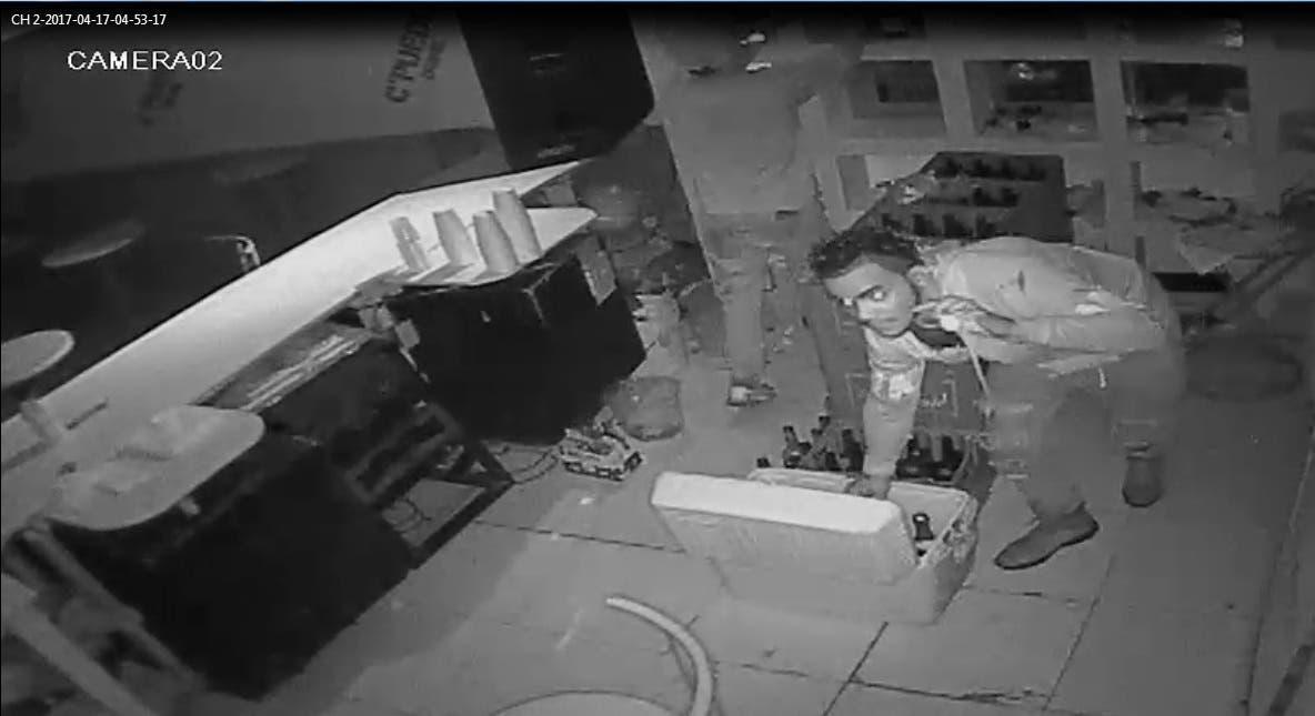 Video: en espectacular robo a drink, ladrones cargan con bebidas y dinero en efectivo