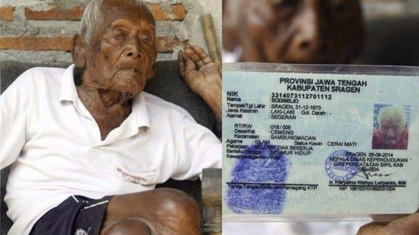 El anciano Sodimejo y el documento de identidad, el cual certificaba la larga vida del mismo.  Fuente externa.