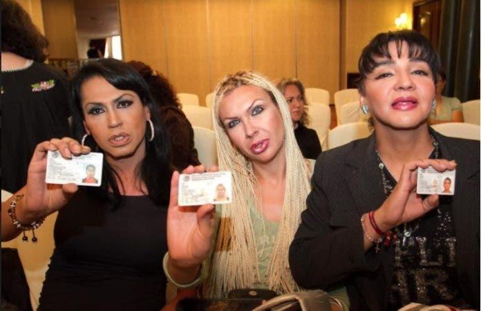 Tres personas transgéneros mexicanas presentan sus cédulas como hombres.