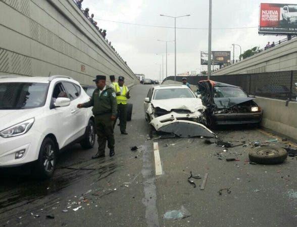 Cuatro heridos en accidente paso a desnivel 27 de Febrero con Privada