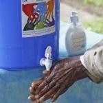 Un hombre de lava las manos en Costa de Marfil/EFE/Legnan Koula