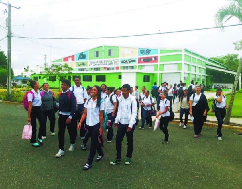 En liceo de Salcedo se aplica un moderno sistema de enseñanza