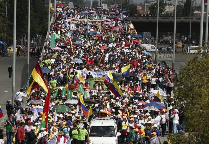 Maestros endurecen protesta de casi un mes en Colombia
